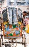 Nepal Katmandu, 19 03 2017: Lokalt söka efter för medelrickshaw royaltyfri bild