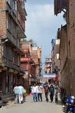 Nepal, Katmandu, septiembre, 27, 2013 Gente que camina en el centro histórico de Katmandu destruido parcialmente durante el terre foto de archivo libre de regalías