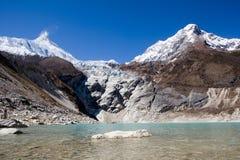 Nepal. Lago Glacial na parte inferior de Manaslu da montanha Foto de Stock