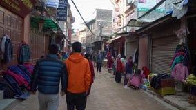 NEPAL, LISTOPAD - 11, 2018: Ludzie Chodzi na ulicach Kathmandu zbiory