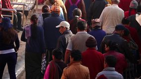 NEPAL, LISTOPAD - 11, 2018: Ludzie Chodzi wokoło Boudhanath świątyni w Kathmandu i przędzalnictwa Modlitewnym kole zdjęcie wideo