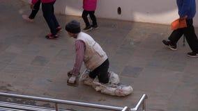 NEPAL, LISTOPAD - 11, 2018: Tibatan Buddyjski Piligrim Upokarza wokoło Boudhanath stupy w Kathmandu zbiory wideo