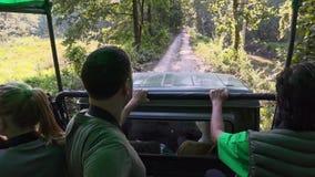Nepal, Listopad - 11, 2018: Turyści Jedzie dżipa przy safari wycieczką turysyczną w Chitwan parku narodowym zbiory wideo