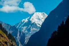 Nepal - Manaslu vistos do passeio na montanha do circuito de Annaputna foto de stock