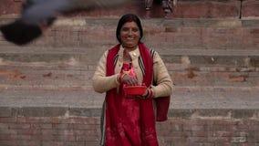Nepal - November 11, 2018: etnische lokale vrouwen voedende duiven bij Durbar-Vierkant in Katmandu stock video