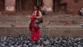 Nepal - November 11, 2018: etnische lokale vrouwen voedende duiven bij Durbar-Vierkant in Katmandu stock footage