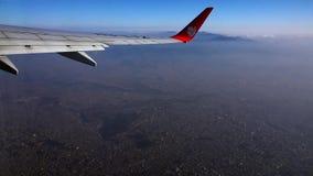 NEPAL - 11. NOVEMBER 2018: Fliegen über Kathmandu-Stadt mit Lion Airlines Ansicht vom Flugzeug stock footage
