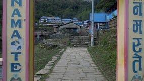 NEPAL - NOVEMBER 11, 2018: Ingaand Lokaal die Bergdorp Ghorepani langs Trekkingsweg binnen wordt gevestigd in het Himalayagebergt stock videobeelden
