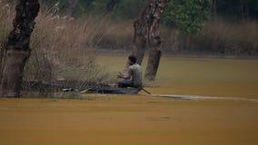 NEPAL - 11. NOVEMBER 2018: Lokaler Fischer Rowing Boat über See stock video footage