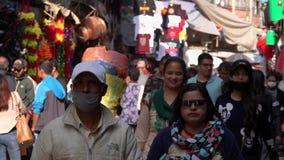 NEPAL - NOVEMBER 11, 2018: Mensen die op Straten van Katmandu lopen stock video