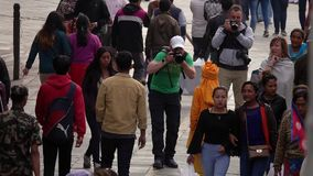 NEPAL - NOVEMBER 11, 2018: Mensen die op Straten van Katmandu lopen stock videobeelden