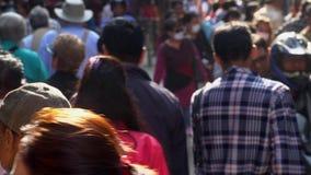 NEPAL - NOVEMBER 11, 2018: Mensen die op Straten van Katmandu lopen stock footage