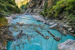 Nepal - Oklepany zawieszenie most zdjęcia royalty free