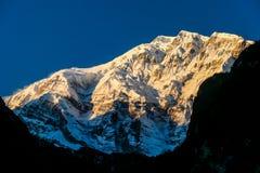 Nepal - pierwszy słońce promienie na Annapurna III zdjęcia royalty free