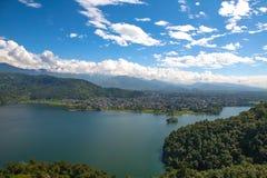 nepal pokhara 28 September 2008: Skytte Pokhara och Phewa sjö från höjden av fågelflyget Arkivfoton
