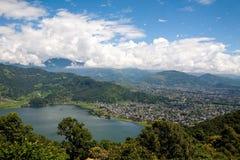 nepal pokhara 28 September 2008: Skytte Pokhara och Phewa sjö från höjden av fågelflyget Royaltyfri Bild