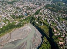 nepal pokhara 28 September 2008: Skytte Pokhara, Phewa sjö och Seti flod från höjden av fågelflyget Royaltyfri Bild
