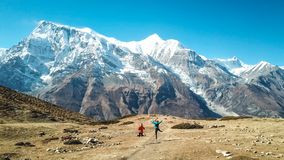 Nepal - senderismo de los pares en el circuito de Annapurna fotografía de archivo