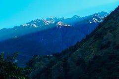 Nepal - sol som kommer till dalthroungen bergen arkivbilder