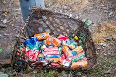 Nepal - 1 2017 Styczeń: iskrzasta woda może w trashcan Zdjęcie Stock