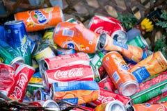 Nepal - 1 2017 Styczeń: iskrzasta woda może w trashcan Obrazy Stock