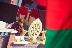Nepal - 3 2017 Styczeń: modlitwa przy Boudhanath stupą Nepal fotografia royalty free
