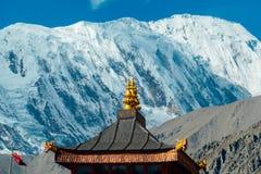 Nepal - telhado com os Himalayas como o contexto foto de stock