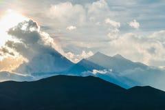 Nepal - triunfos de la luz del sol sobre las nubes sobre los picos Himalayan imagen de archivo