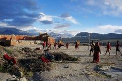 nepal Tsarang De Gompabeginners spelen volleyball tijdens de rest, achter het klooster, tegen de achtergrond van het Himalayagebe Royalty-vrije Stock Afbeelding