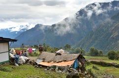 Nepal, un pequeño pueblo en el Himalaya en mún tiempo fotos de archivo