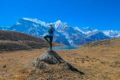Nepal - yoga öva vid is sjön arkivfoto
