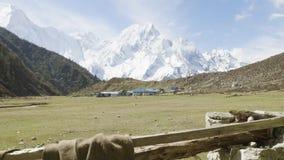 Nepalees dorp Bimthand onder de bergen Trek van de Manaslukring stock video