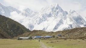 Nepalees dorp Bimthand onder de bergen Trek van de Manaslukring stock videobeelden