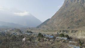 Nepalees dorp Sama Gaon onder de bergen Trek van de Manaslukring gebied stock videobeelden