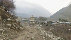 Nepalees dorp Sama Gaon onder de bergen Trek van de Manaslukring gebied stock footage