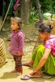 Nepalees meisje in het dorp van Nepal stock foto's