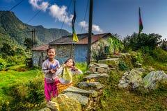 2 nepalese девушки играют в саде их дома Стоковые Изображения RF
