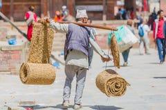 Nepalese die Straatventer met Ambacht van Stro in Kathmand wordt gemaakt stock afbeeldingen