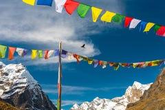 Nepalese Gebedvlaggen die in Wind in de Bergen van Himalayagebergte hangen Royalty-vrije Stock Foto