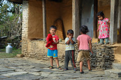 Nepalese jonge geitjes die in Damphus-dorp spelen Stock Afbeelding