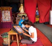 Nepalese kunstenaars die mandala schilderen Royalty-vrije Stock Foto's