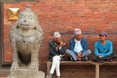 Nepalese mensen die bij de ingang aan het Patan-Museum in Nepal zitten Royalty-vrije Stock Afbeeldingen
