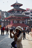 Nepalese mensen en reiziger die bij het Vierkant van Basantapur lopen Durbar Royalty-vrije Stock Foto