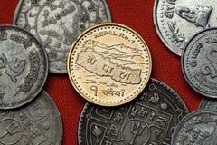 Nepalese muntstukken Kaart van Nepal en het Himalayagebergte stock afbeeldingen