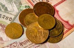 Nepalese muntstukken op de bankbiljetten Stock Foto's