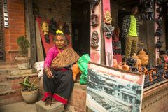 Nepalese vrouw in de zijn aardewerkworkshop Royalty-vrije Stock Foto's
