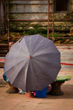 Nepalese vrouw en paraplu, Katmandu, Nepal Royalty-vrije Stock Foto's