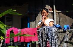 Nepalese vrouwengroet met een warme glimlach, namaste stock afbeelding