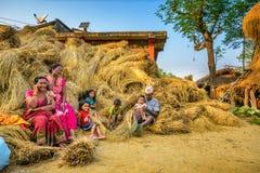 Nepalesische Familie, die nach der Ernte sich entspannt Lizenzfreie Stockbilder