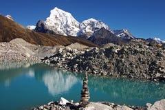 Nepalesische Landschaft mit einem See und Arakam Tse 6423 Lizenzfreie Stockfotografie